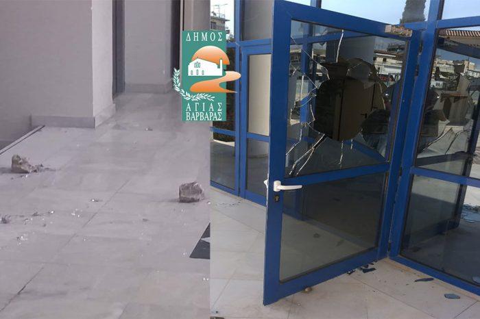 Έσπασαν με πέτρες την κεντρική πόρτα του Δημαρχείου!