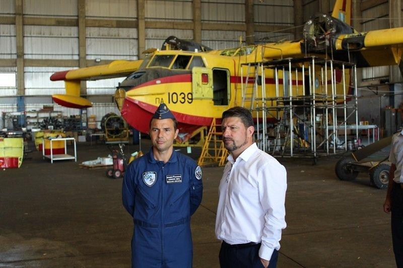 Επίσκεψη του Ν. Χαρδαλιά στη βάση των πυροσβεστικών αεροσκαφών στην Ελευσίνα