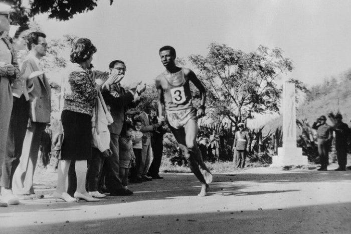 Σαν Σήμερα: 1960 ο ξυπόλητος μαραθωνοδρόμος κερδίζει το χρυσό μετάλλιο στη Ρώμη