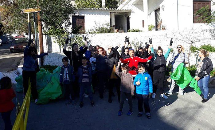 Ο Σ.Γ.Κ του 5ου Δημοτικού σχολείου Αγίας Βαρβάρας, γονείς και παιδιά ,έδωσαν το παρόν στον καθαρισμό του βουνού