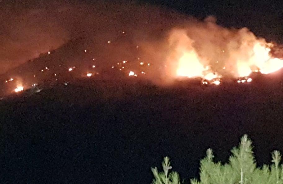 Μεγάλη φωτιά από πυροτεχνήματα στη περιοχή Περάματος και Ναύσταθμου