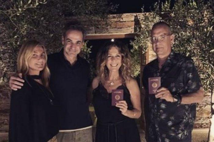 Ο Τομ Χανκς στην Αντίπαρο με τον Κυριάκο Μητσοτάκη - Η φωτογραφία με τα ελληνικά διαβατήρια