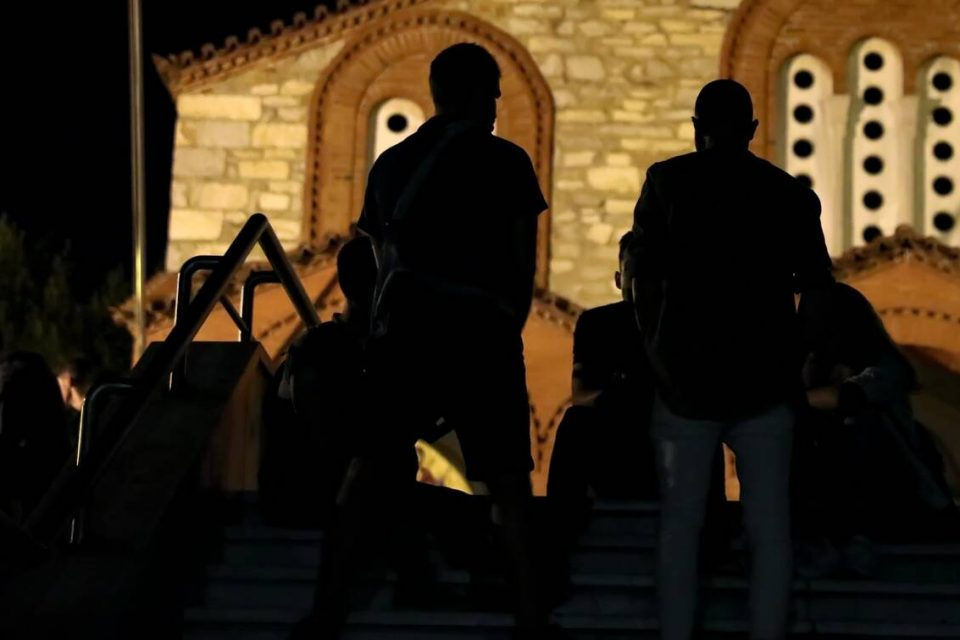 Κορονοϊός: Ο ένας πάνω στον άλλον στις πλατείες - Έρχονται και νέα αυστηρότερα μέτρα