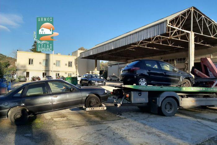 Δύο ακόμη εγκαταλελειμμένα αυτοκίνητα απομάκρυνε σήμερα ο Δήμος από την πόλη