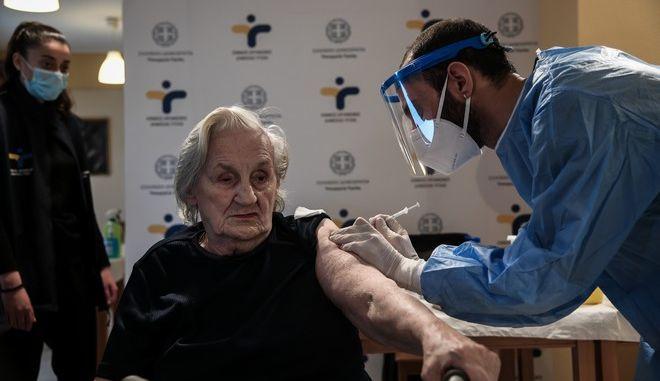 Εμβολιασμός για άτομα άνω των 85 ετών - Από Δευτέρα η αποστολή SMS