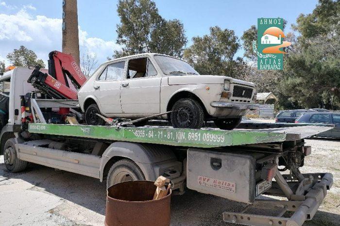 Ένα ακόμη εγκαταλελειμμένο αυτοκίνητο απομακρύνθηκε σήμερα