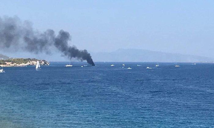 Φωτιά εκδηλώθηκε σε σκάφος το οποίο βρισκόταν στην παραλία της Μονής. Η επιχείρηση κατάσβεσης ολοκληρώθηκε.