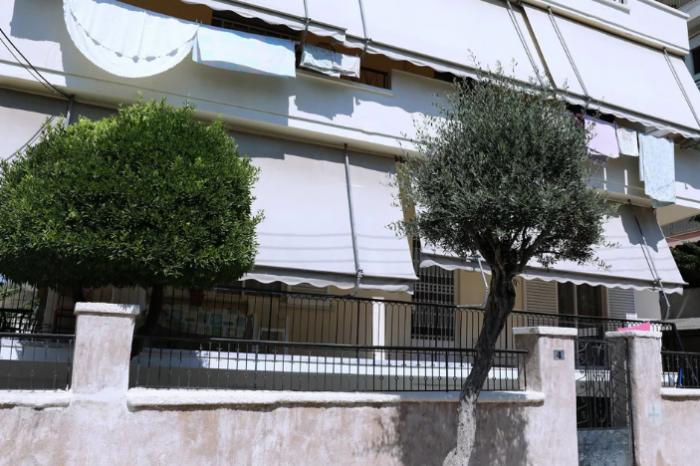Δολοφονία στην Αγία Βαρβάρα: «Οπου την έβρισκε, τη σκότωνε στο ξύλο», λένε φίλες της 64χρονης για τον εν διαστάσει σύζυγό της