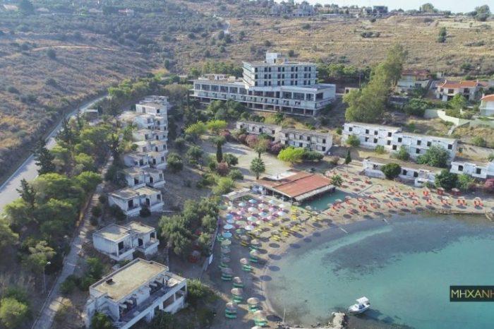 Το ξενοδοχείο – φάντασμα της Αίγινας. Το άλλοτε πολυτελές κατάλυμα που έβαλε ξαφνικό λουκέτο και ρημάζει εδώ και 35 χρόνια. Δείτε την παραλία από ψηλά (drone)